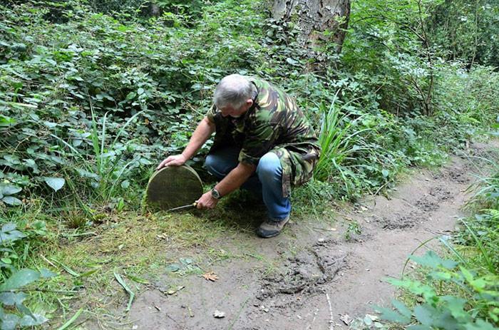▲▼英國退休男子在公園裡發現了130年前的墓碑。(圖/翻攝自boredpanda)