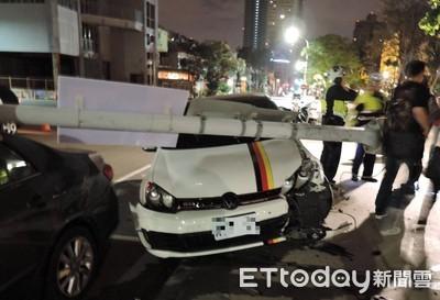 台中醉男撞倒燈桿 路邊車倒楣