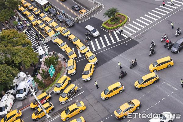 ▲▼計程車司機繞行行政院,抗議交通部放行uber與租賃車合作。(圖/記者林敬旻攝)