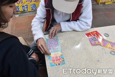 東南亞情侶用交往紀念日買刮刮樂 竟一次刮中百萬獎金