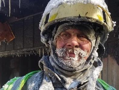 零下50度救火 消防員鬍子結冰