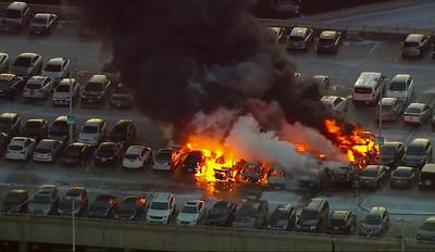 美機場停車場大火!17輛車陷火海