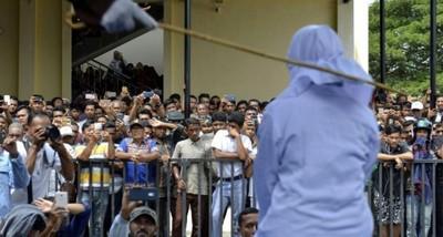 印尼情侶街上擁抱 遭鞭刑17下