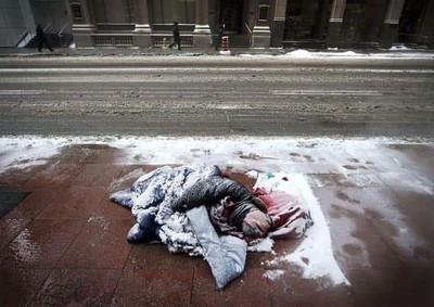 體感-61°C! 遊民裹睡袋躺地…