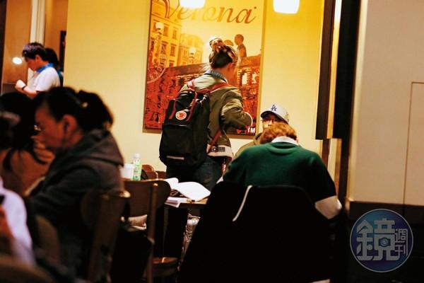 1月28日 19:51 孫其君先坐在連鎖咖啡店看似在等人,之後就有一名女子出現。