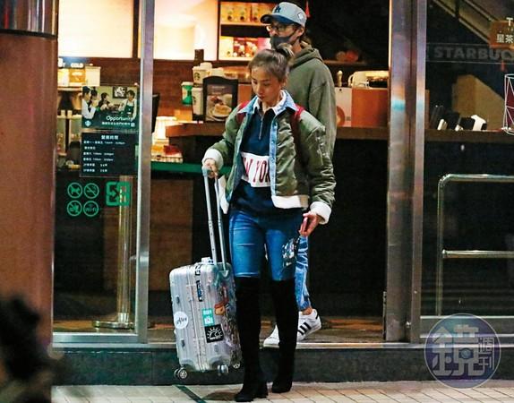 21:05 分手談判了大約一個小時,孫其君的正宮走出咖啡店,孫其君則在她身後。只見正宮拖著行李箱,可以看出她是一下機就來見孫其君。