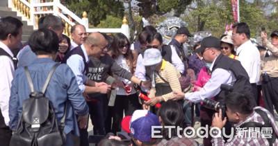 韓國瑜小動作 摸頭祝童平安健康