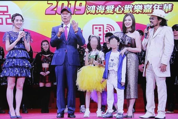 郭董也上台,感謝太太與3個子女的辛苦練習的禮物。(鴻海提供)