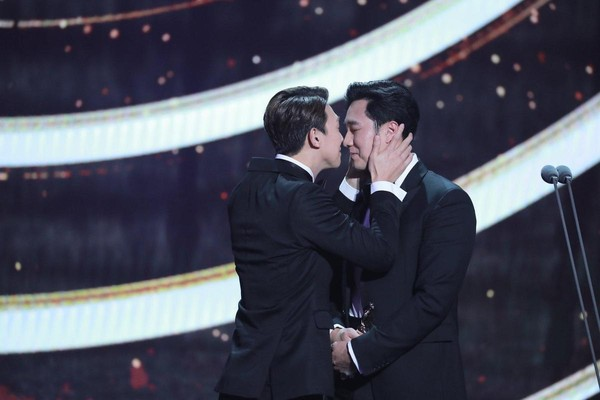 蘇志燮與姜其永的磨鼻子讓全場大笑。(翻攝自MBC臉書)