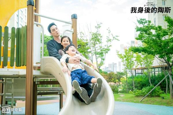 蘇志燮第一次跟兩個小演員對戲,對當媽媽的女性深感敬佩。(愛奇藝台灣站提供)