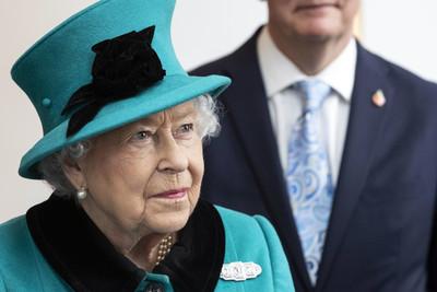 遊客搭訕糗問 英女王幽默惡作劇