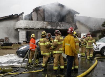南加州小飛機墜毀砸民宅 2死2傷
