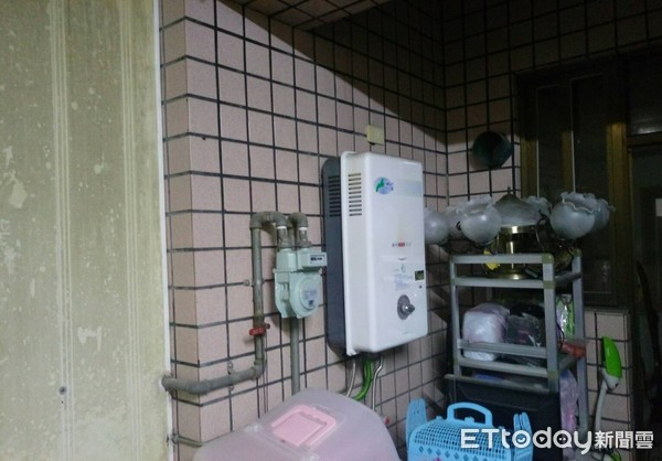 ▲台南市新營區新營區太子路53巷1處民宅發生疑一氧化碳中毒事件,該住戶將熱水器裝在室內,以致發生中毒事件。(圖/記者林悅翻攝)