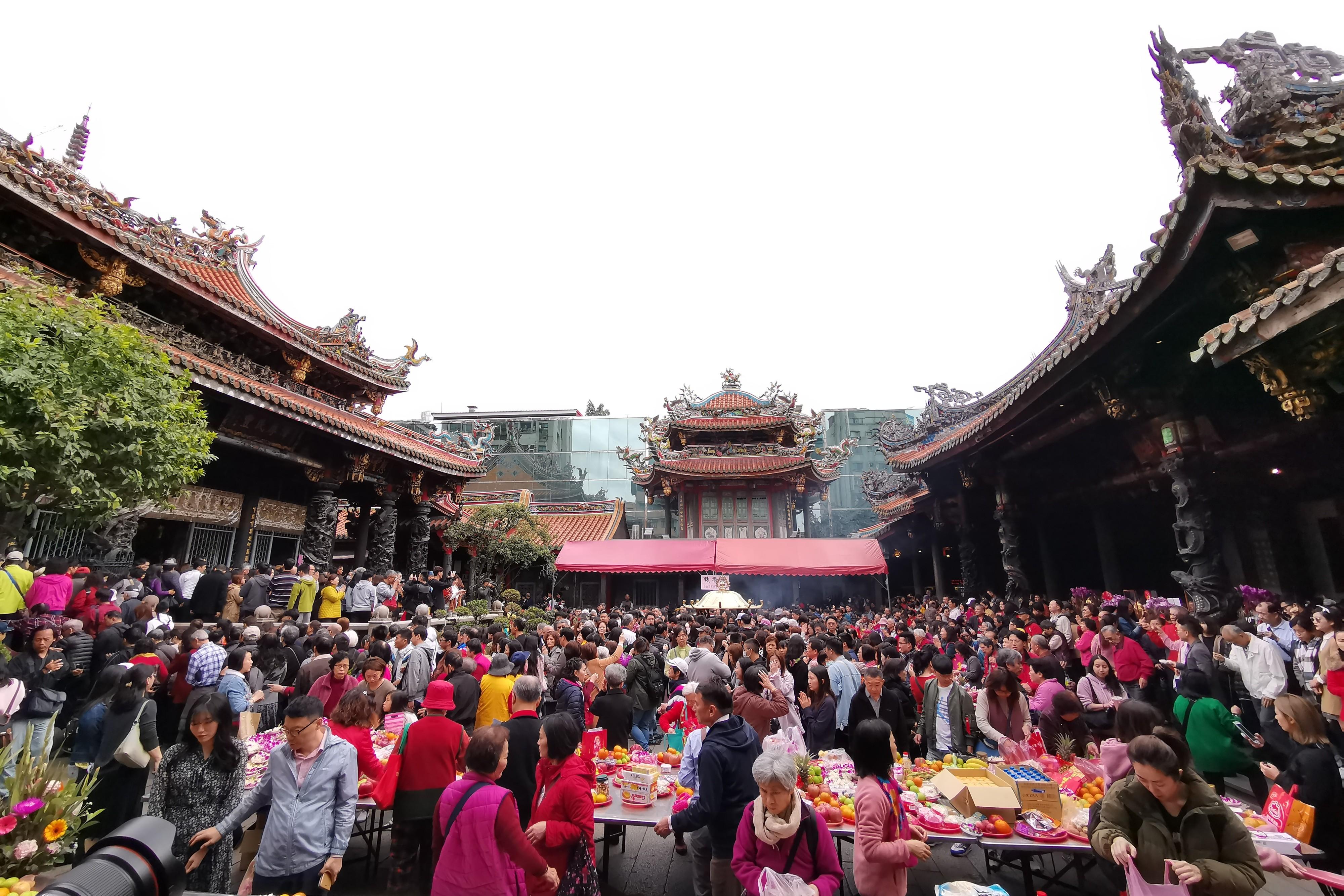 ▲▼農曆春節民眾走春,大年初一,寺廟參拜,萬華龍山寺。(圖/記者季相儒攝)