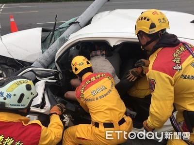 自小客車自撞路燈 駕駛搶救送醫