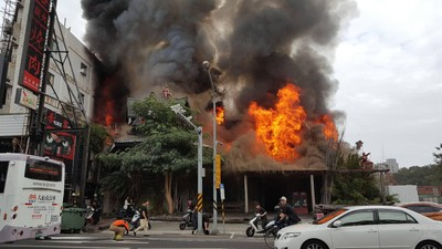 台南燒肉店大火 濃煙竄百米高