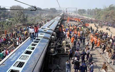 印度火車11節車廂出軌翻覆 7死29傷