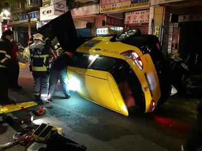 即/計程車自撞7機車翻覆 運將昏迷卡前座