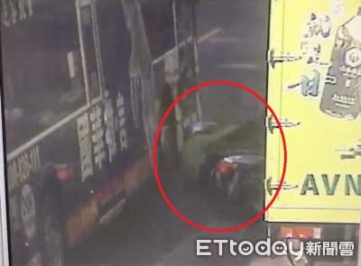 老翁馬路倒地遭「公車拖行轉半圈」斷腳險爆頭