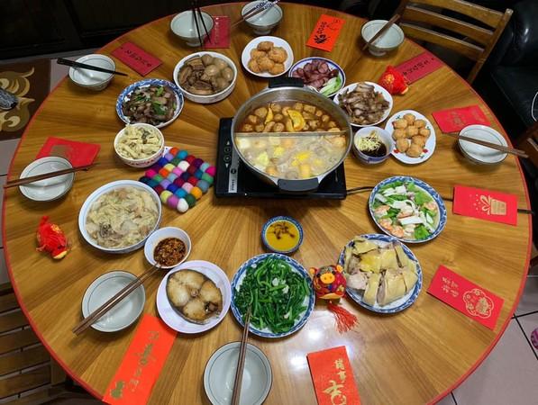 ▲江宏傑曬年夜飯,滿桌都有紅包。(圖/翻攝自臉書)