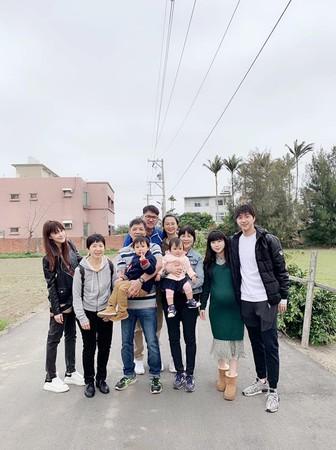 ▲江宏傑曬全家走春大合照,網狂cue最左邊的女孩,原來是姊姊。(圖/翻攝自臉書)