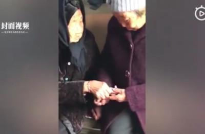 影/孩子永遠是媽媽的寶 105歲老婦發紅包給74歲女兒