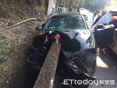 BMW大7車頭被水泥牆剖成2半 駕駛臉綠了