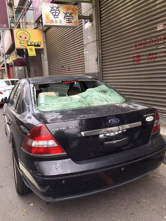 ▲天降黑貓砸車窗 車主霸回:生命比較重要,車修好就好了。(圖╱陳凱力翻攝)