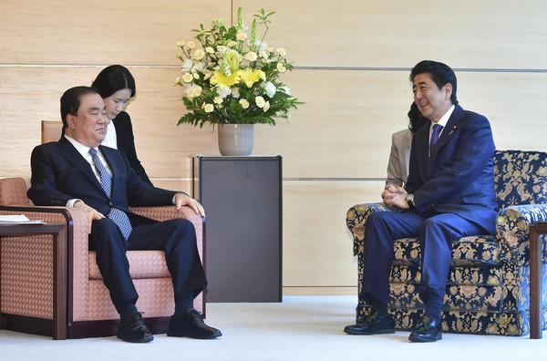 ▲▼南韓國會議長文喜相與日本首相安倍晉三。(圖/達志影像/美聯社)