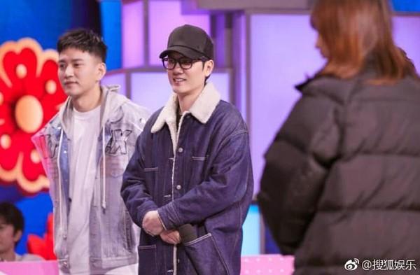 ▲馮紹峰錄影穿這樣,網友發現他穿老婆趙麗穎的外套。(圖/翻攝自微博)