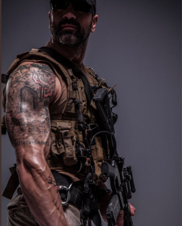 ▲▼防彈少年團赴葛萊美的保鑣是美軍出身。(圖/翻攝自Jeff Bosley、BTS推特)
