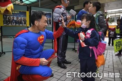 學童進校門 見超人發紅包眼睛發亮
