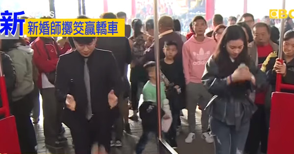 ▲港口宮擲筊比賽。(圖/翻攝東森新聞)