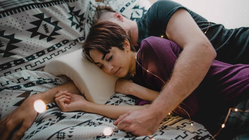 ▲▼拯救男友手臂的枕頭。(圖/翻攝自Ladbible)