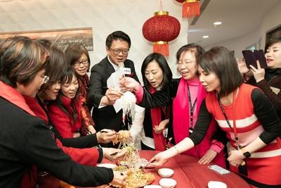新春開工 外銀首創把新加坡「撈魚生」習俗搬來台