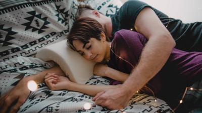 總被女友壓到手麻?美國公司推「拱形枕頭」 拯救廣大男性們的手臂