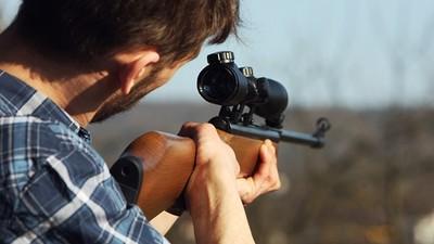 真人打野戰誤看成「兩頭肥羊背後式」獵人砰砰兩槍,誤射一對夫妻