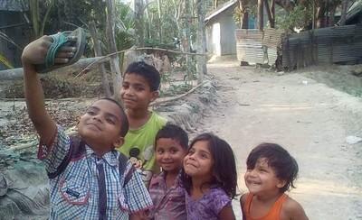 拿拖鞋自拍!印度小孩露幸福燦笑