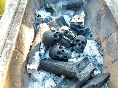 燃燒的木炭內有「頭骨」?模型展上骷髏木炭引熱議 誤以為是社會案件