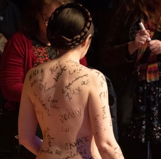 ▲▼英國經濟學女教授貝特曼(Victoria Bateman)用裸體來抗議脫歐。(圖/翻攝自推特@vnbateman)