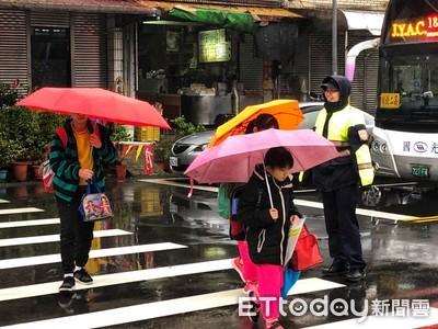 開學日 警守護學童上下學安全