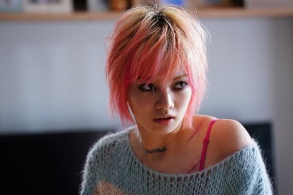 ▲▼小松菜奈拋開女神包袱,染成一頭粉紅髮。(圖/車庫娛樂提供)