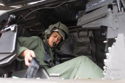 阿帕契蓋罩訓練飛行員用身體記憶