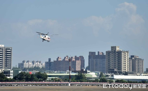 ▲▼韓國瑜率市府團隊搭直升機看高雄。(圖/記者宋德威翻攝)