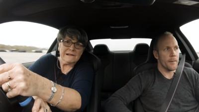70歲阿嬤猛「甩」450匹BMW