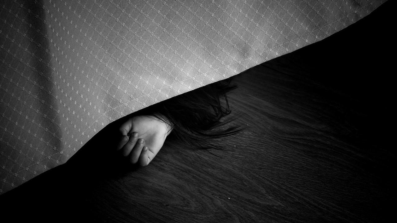 情侶套房內「鞋帶綁門把上吊」!  家屬淡定收屍…一旁房東哭癱倒地