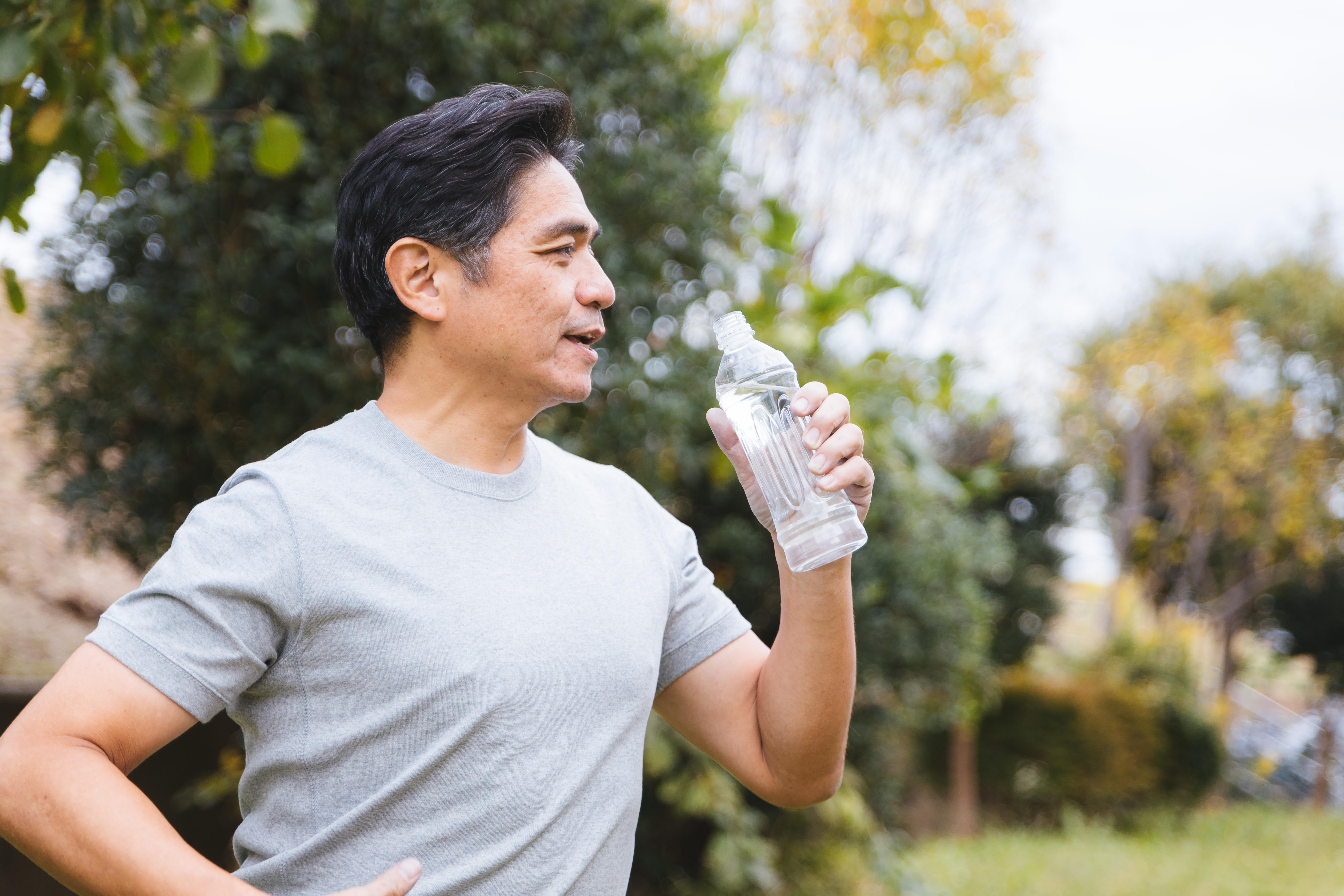▲中年人,喝水,健康。(圖/取自免費圖庫pakutaso)