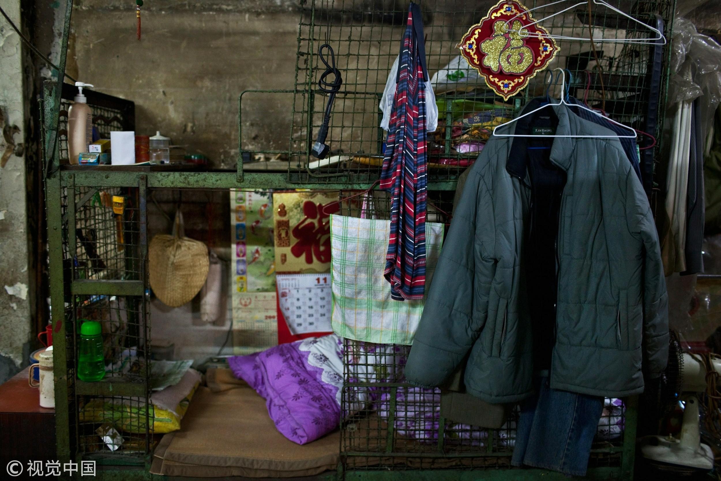 """▲▼香港,籠屋,老人,籠房。78歲老人梁書(音譯)居住在""""籠屋""""裏。香港人口稠密,為數不少的老弱貧苦人聚居在這種各以鐵絲網圍住的舊樓床位內。(圖/CFP)"""