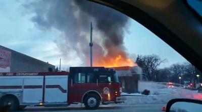 漢堡店屋頂大火 饕客繼續排隊等點餐