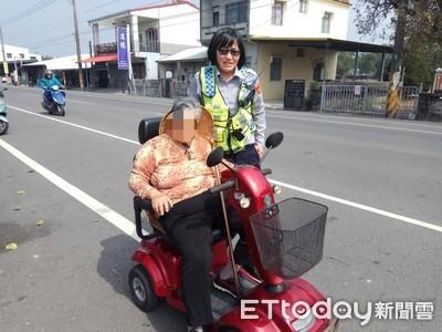 婦駕電動車穿車陣險遭撞 女警冒險救人